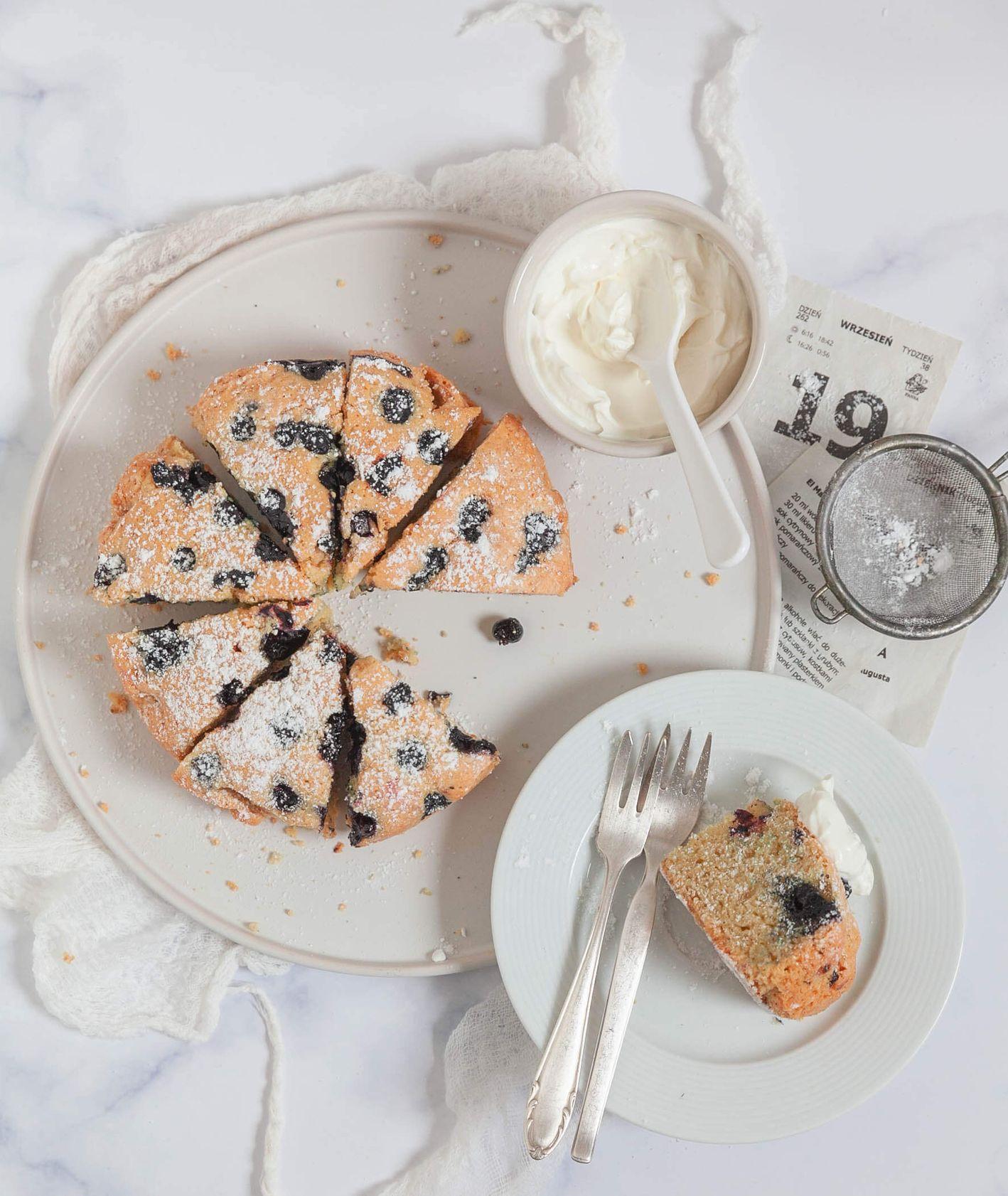 przepis na lekkie cisto z czarnymi porzeczkami, malinami bądź jagodami (fot. Kinga Ciszewska / Małe kulinaria)