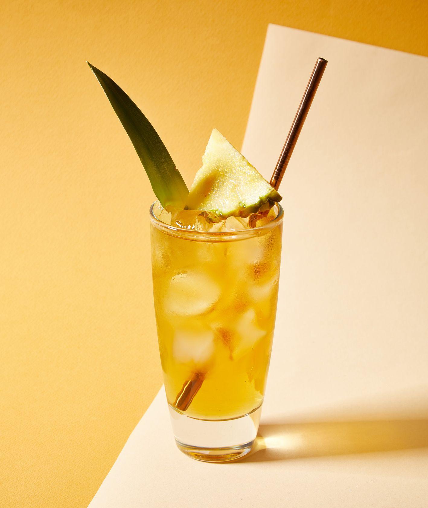 Whiskey z sokiem z ananasa. Przepis na drinka (fot. Maciek Niemojewski)