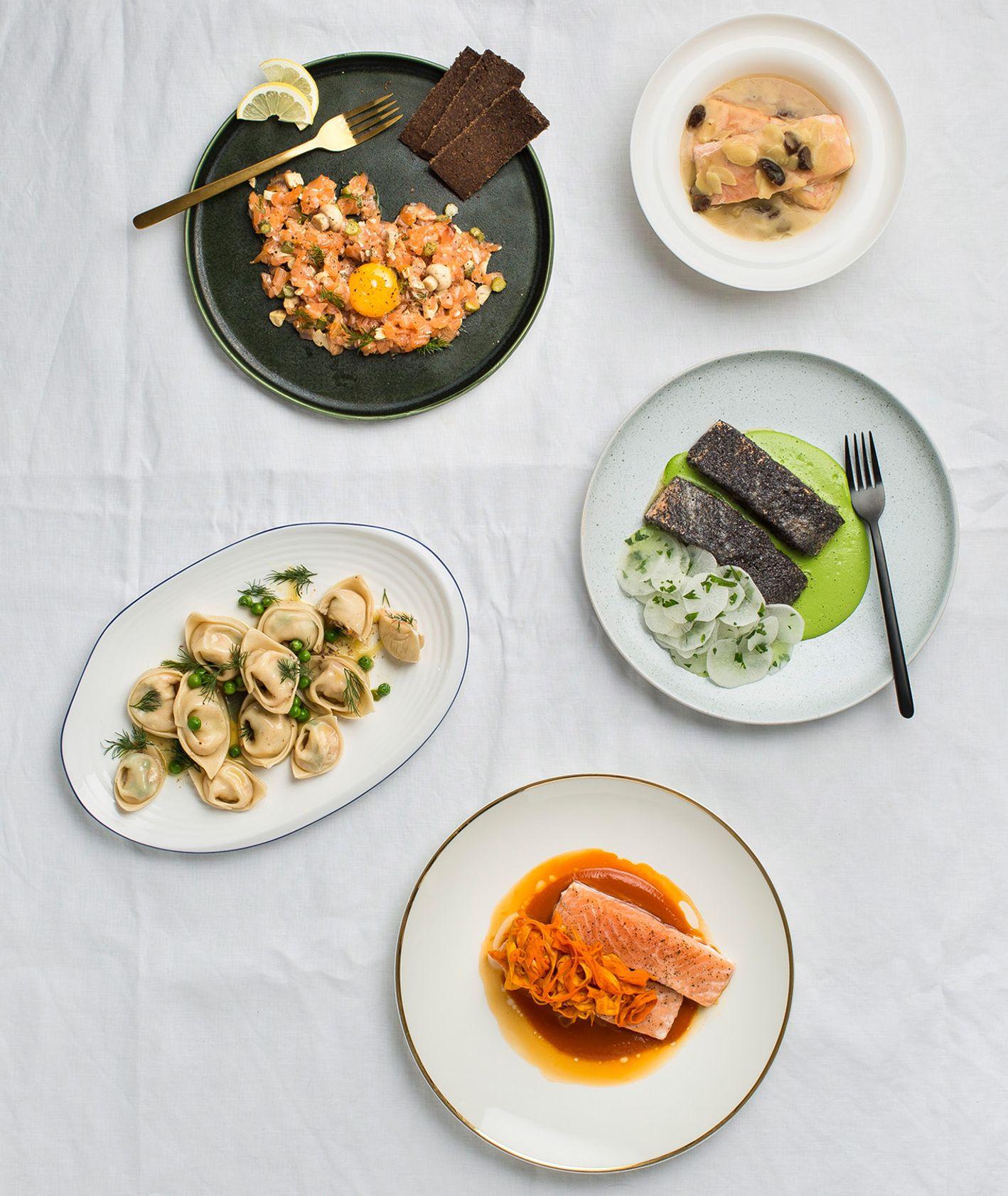Świąteczny stół zastawiony daniami z łososia (fot. dinner.show Studio)