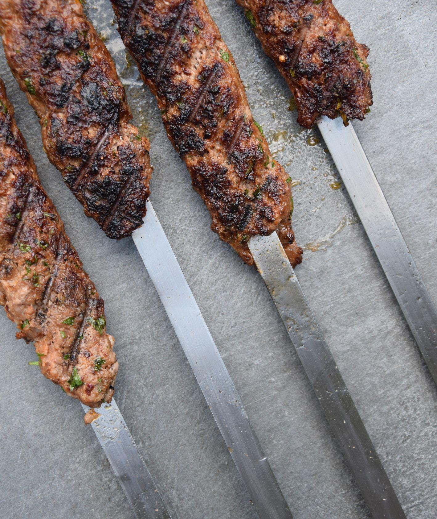 """Fragment książki """"Stambuł do zjedzenia"""", jak przygotować kebab, kuchnia turecka (fot. Przemek Krupski)"""