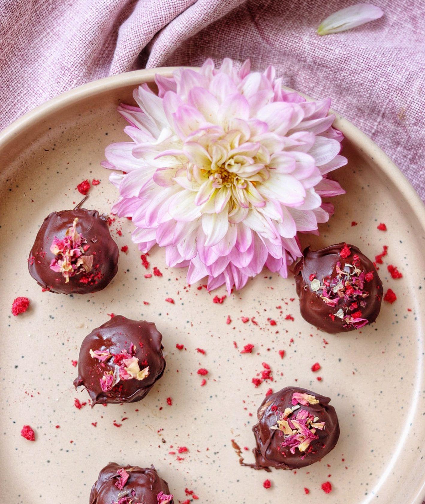 Przepis na różano-kokosowe praliny w gorzkiej czekoladzie, jak zrobić wegańskie praliny (fot. Ania Dobra Kulka)