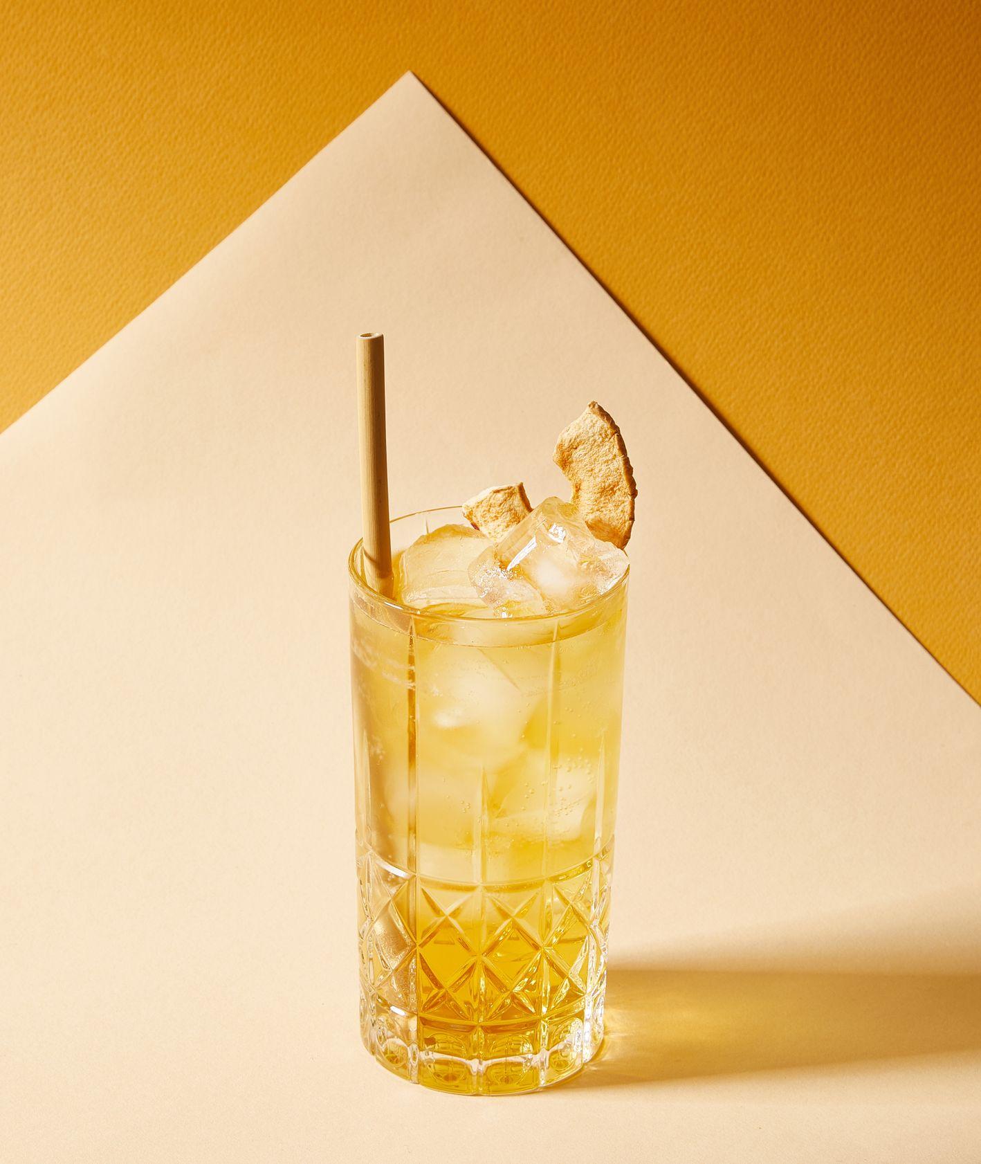 Koktail z whiskey i syropem z czarnego bzu