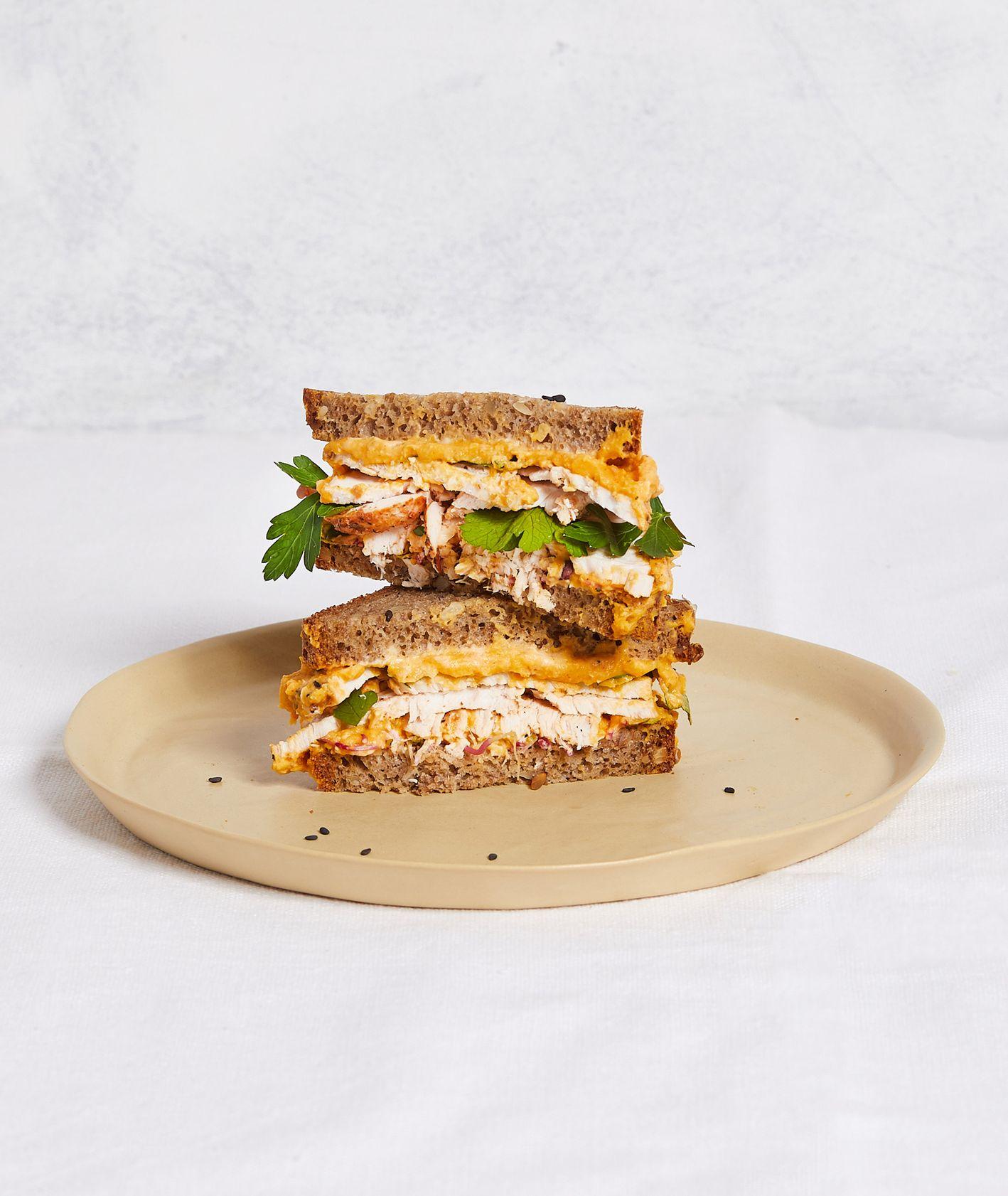 Przepis na prostą kanapkę z indykiem, natką pietruszki i humusem z dyni (fot. Maciek Niemojewski)