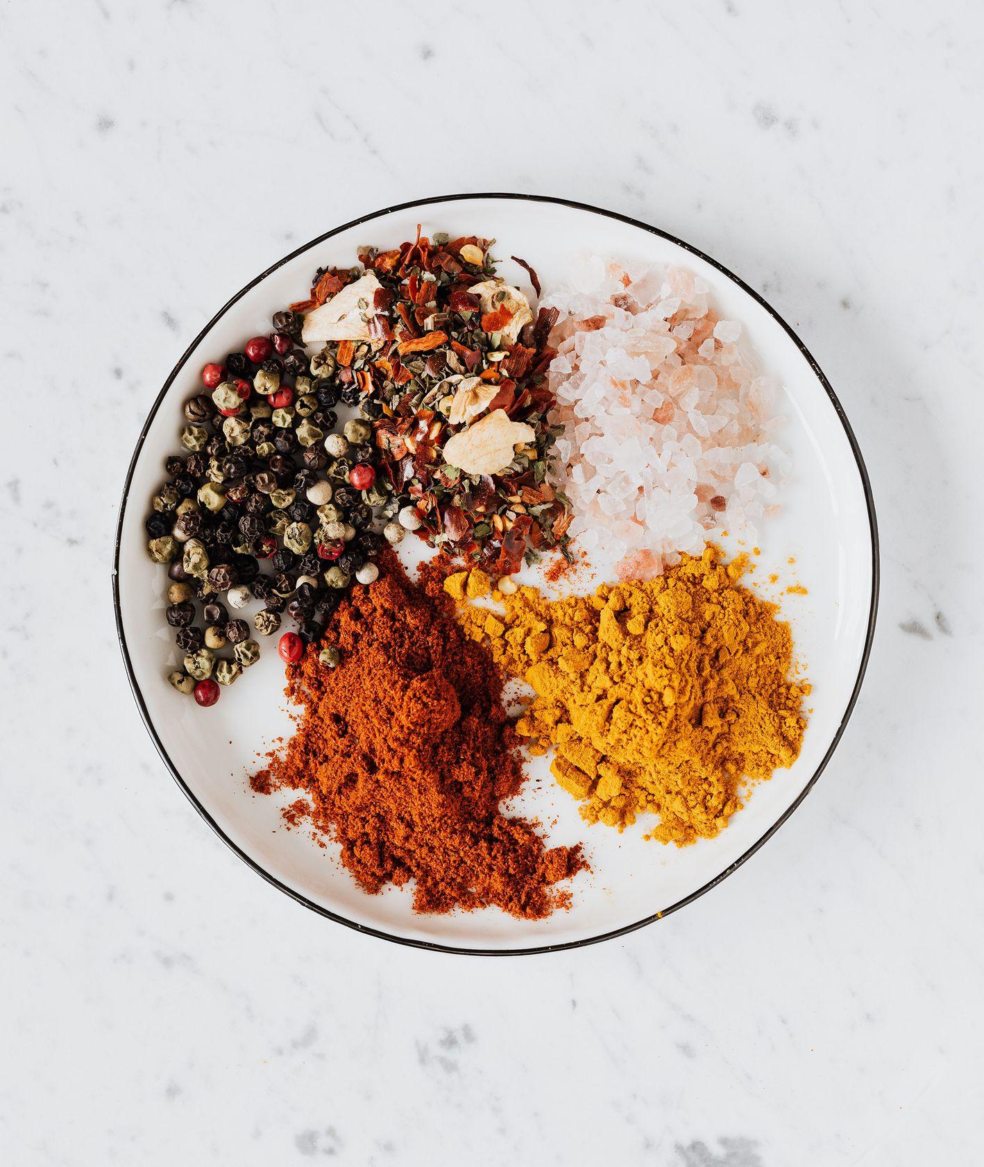 Własny blend egzotycznych przypraw do gotowania na jasnym talerzu (fot. Karolina Grabowska / pexels.com)