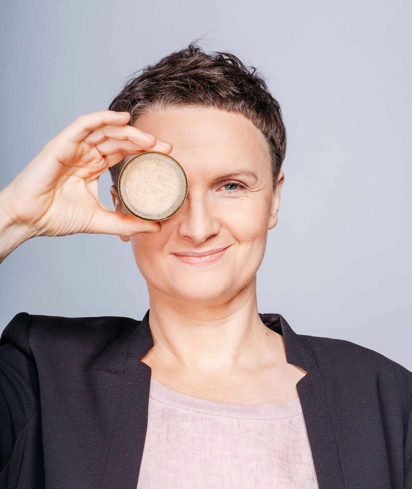 Joanna, założycielka marki IOSSI pozująca z kremem