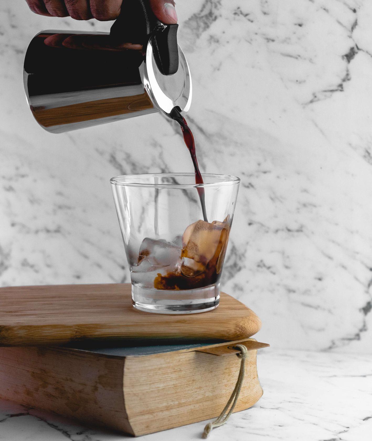 Kawa z kawiarki lana na kostki lodu (fot. Pradeep Javedar / unsplash.com)
