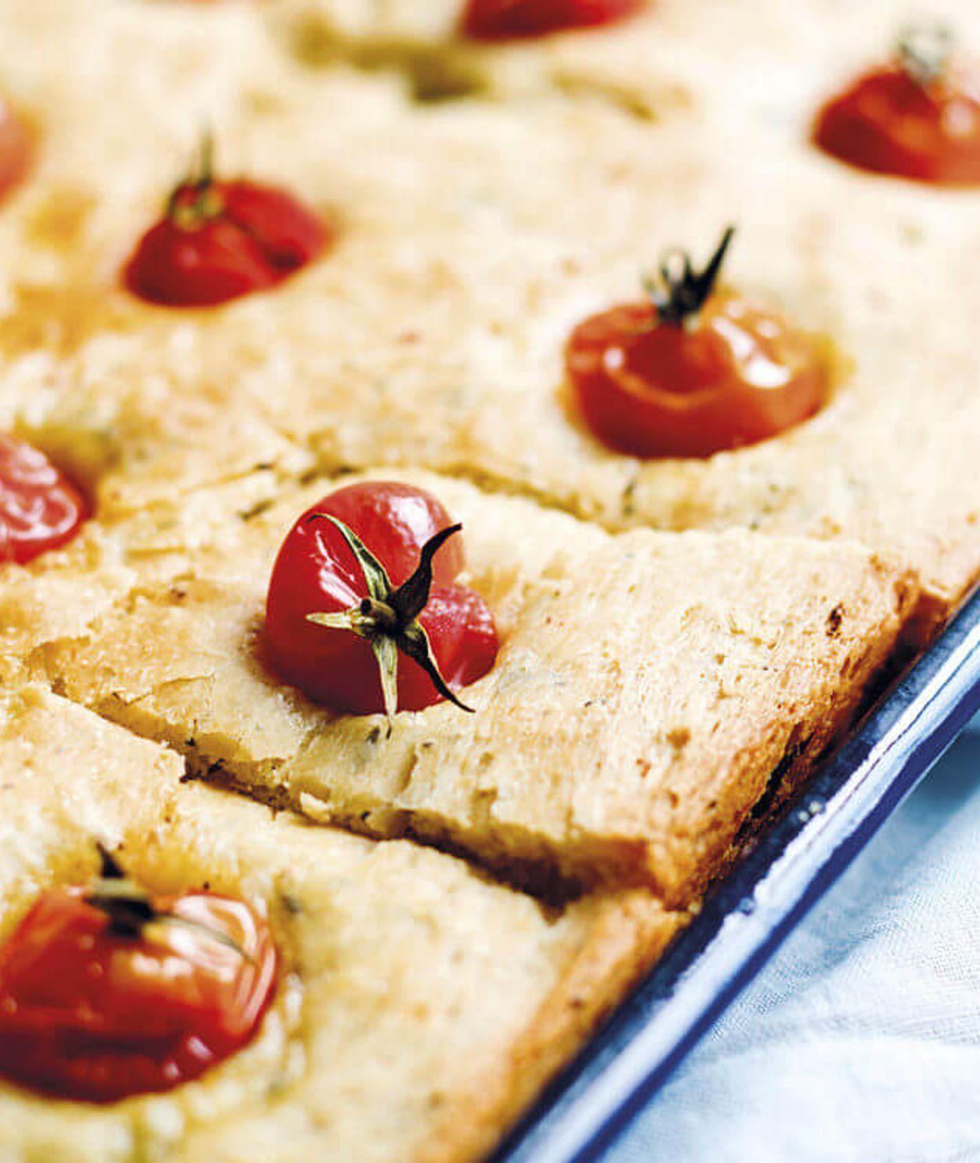 domowa focaccia, focaccia na drożdżach, kuchnia włoska, focaccia z pomidorkami, domowe wypieki, domowy chleb, włoskie wypieki,