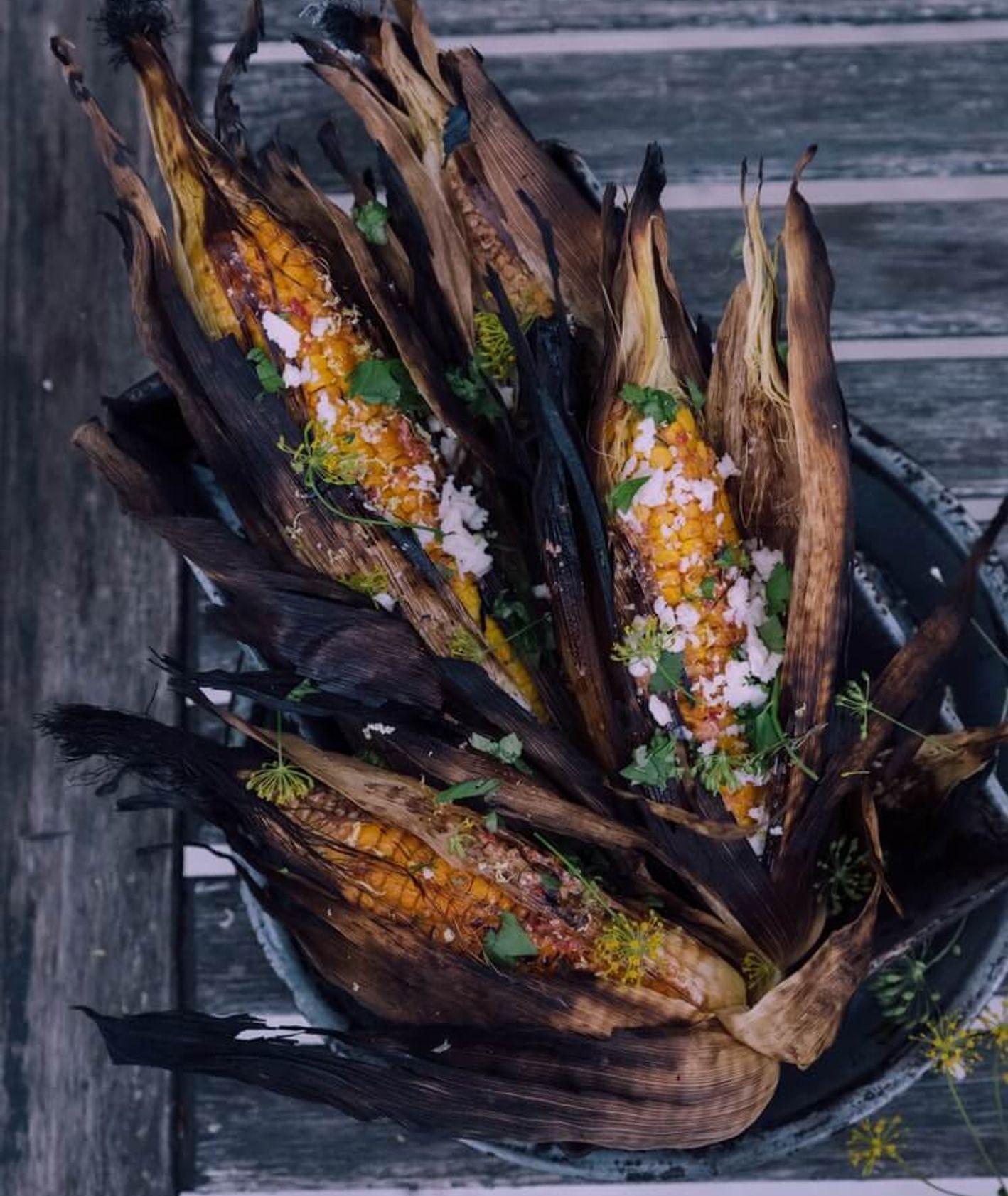 Kukurydza z grilla posypana ziołami i solą (fot. Christiann Koepke)