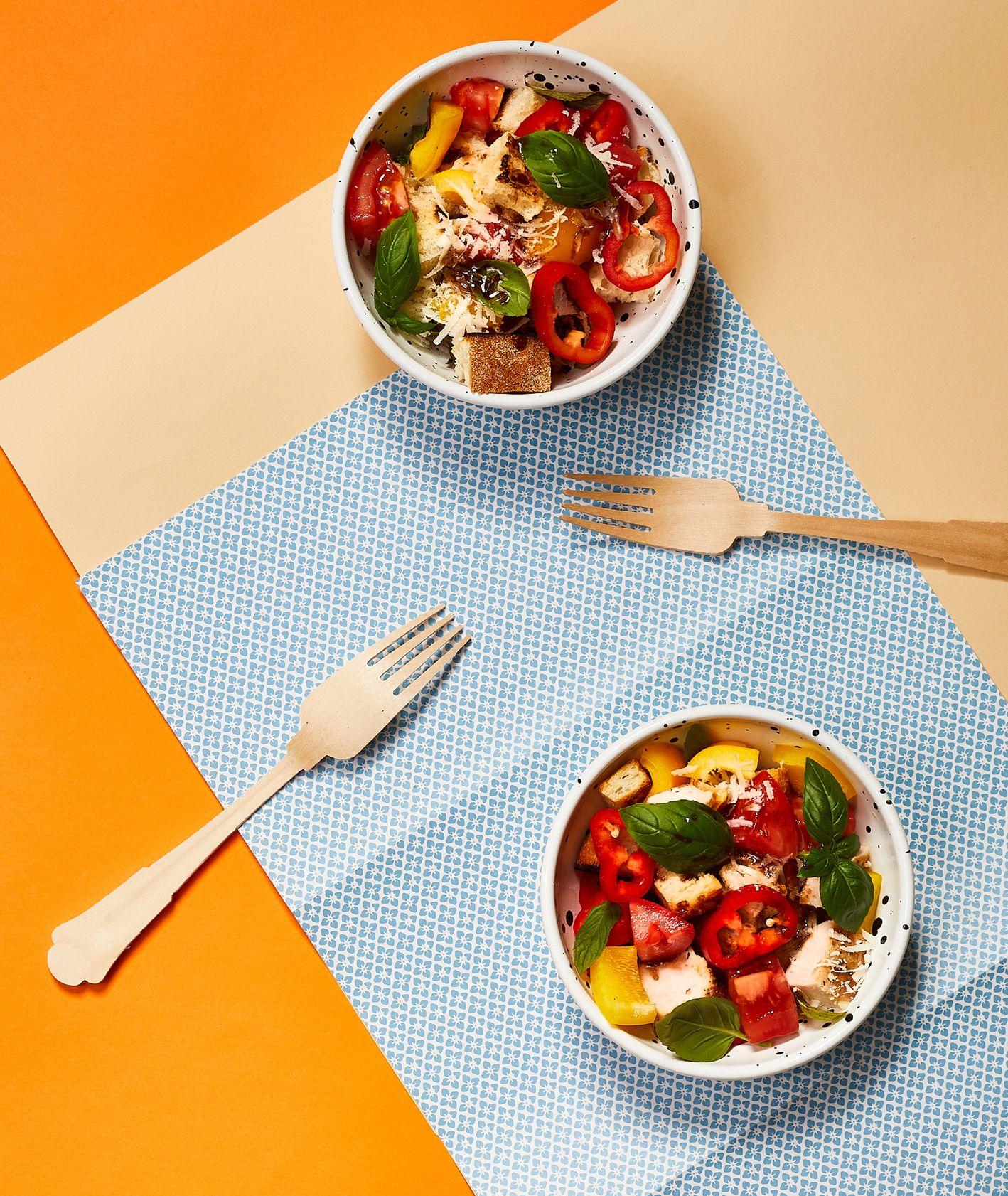 Jak zrobić sałatkę Panzanella z grillowanym kurczakiem, pomysł na sałatkę dla dziecka (fot. Maciej Niemojewski)