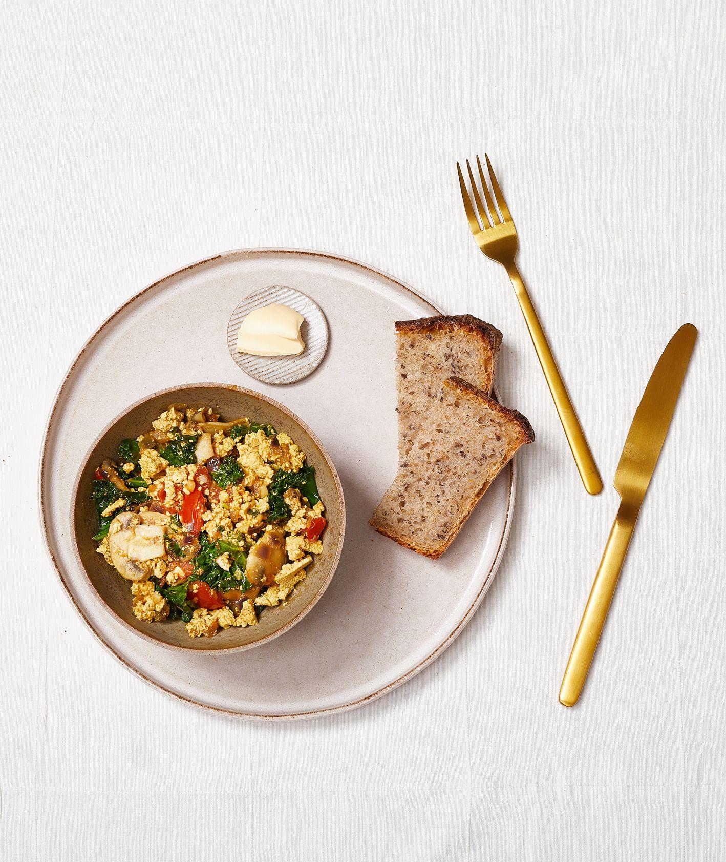 Jak zrobić wegańskie śniadanie. Przepis na tofucznicę z jarmurzem (fot. Maciek Niemojewski)