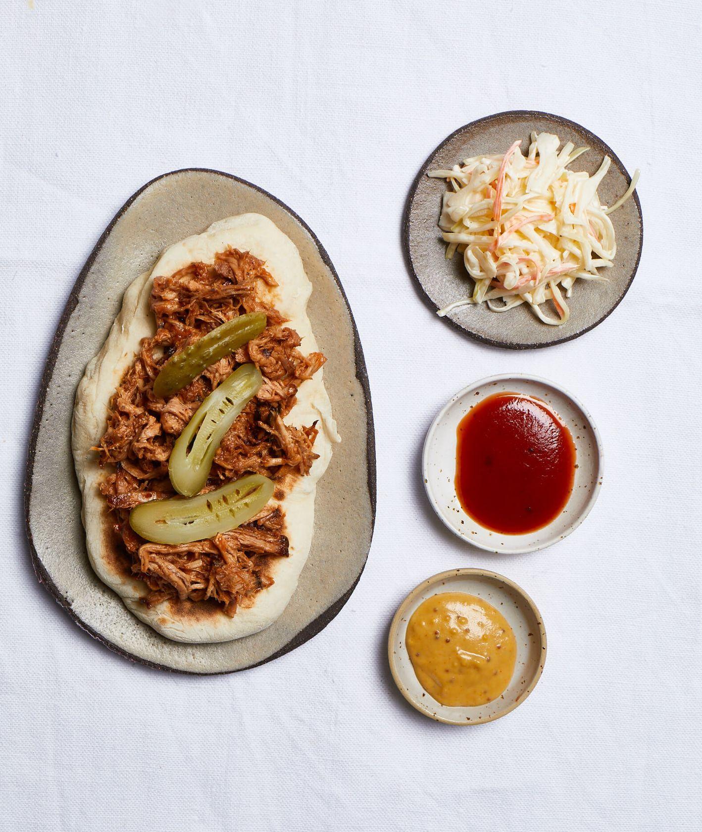 kanapka z szarpaną wołowiną, szarpana włowina, pulled pork, sałatka colesław, domowy colesław, sos barbecue, domowy flatbread, chlebek z patelni, przekąski na przyjęcie,