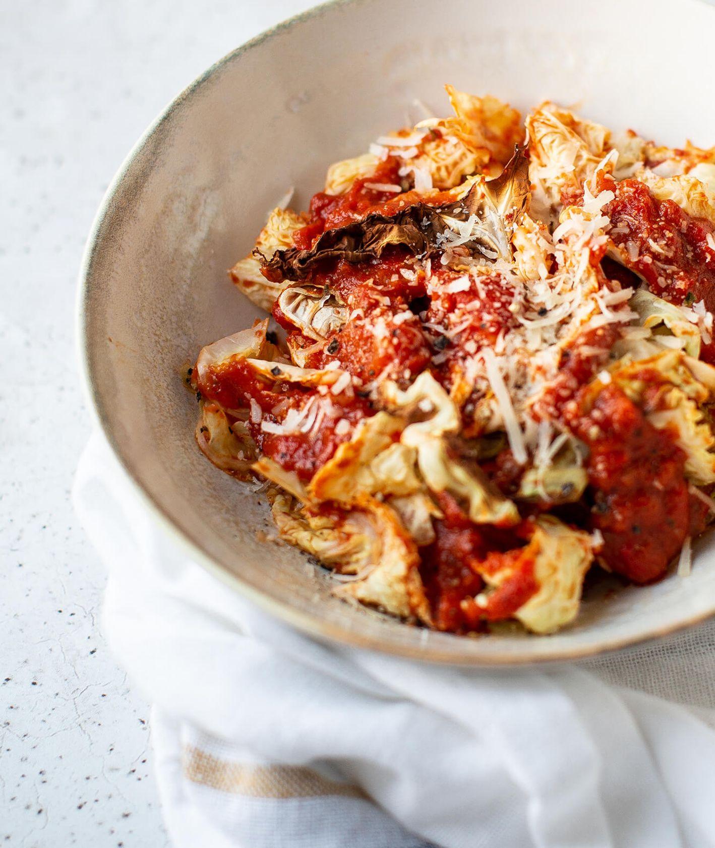 Przepis na zapiekaną kapustę z sosem pomidorowym i parmezanem (fot. Ula Demczuk)