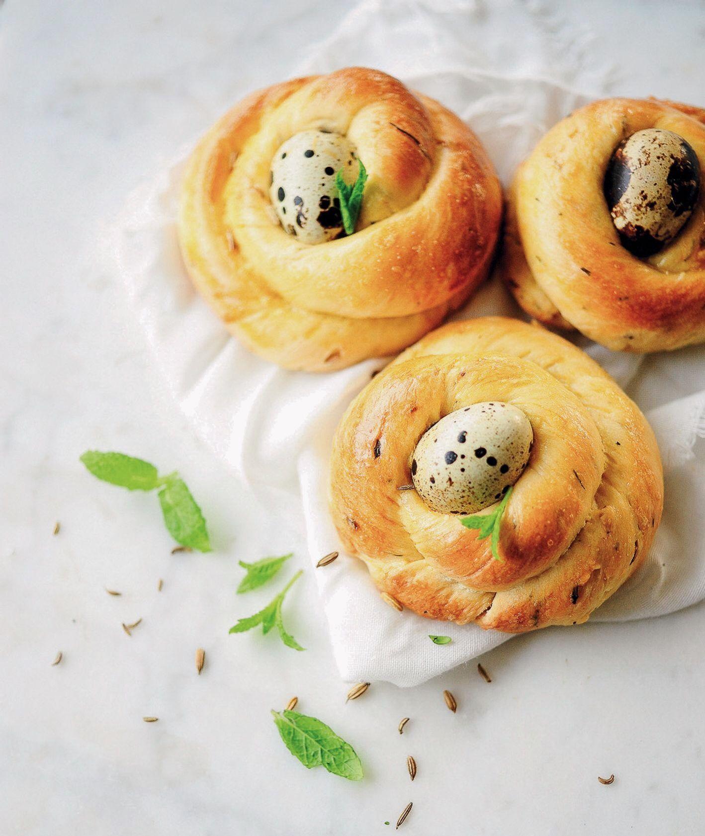 Drożdżowe bułeczki z miętą i kardamonem podane z jajkiem przepiórczym gotowanym na twardo, przepis i zdjęcie Anna Chwistek