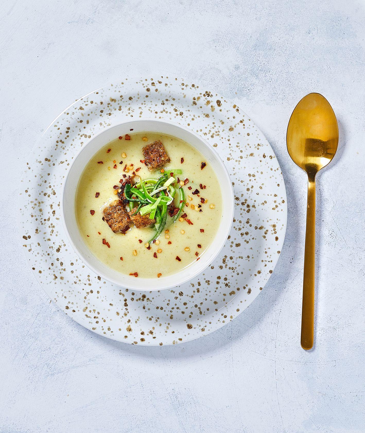 Zupa krem z pora i młodych ziemniaków podana z grzankami razowymi, duszonym porem i płatkami chili, sezonówki por, cebula dymka
