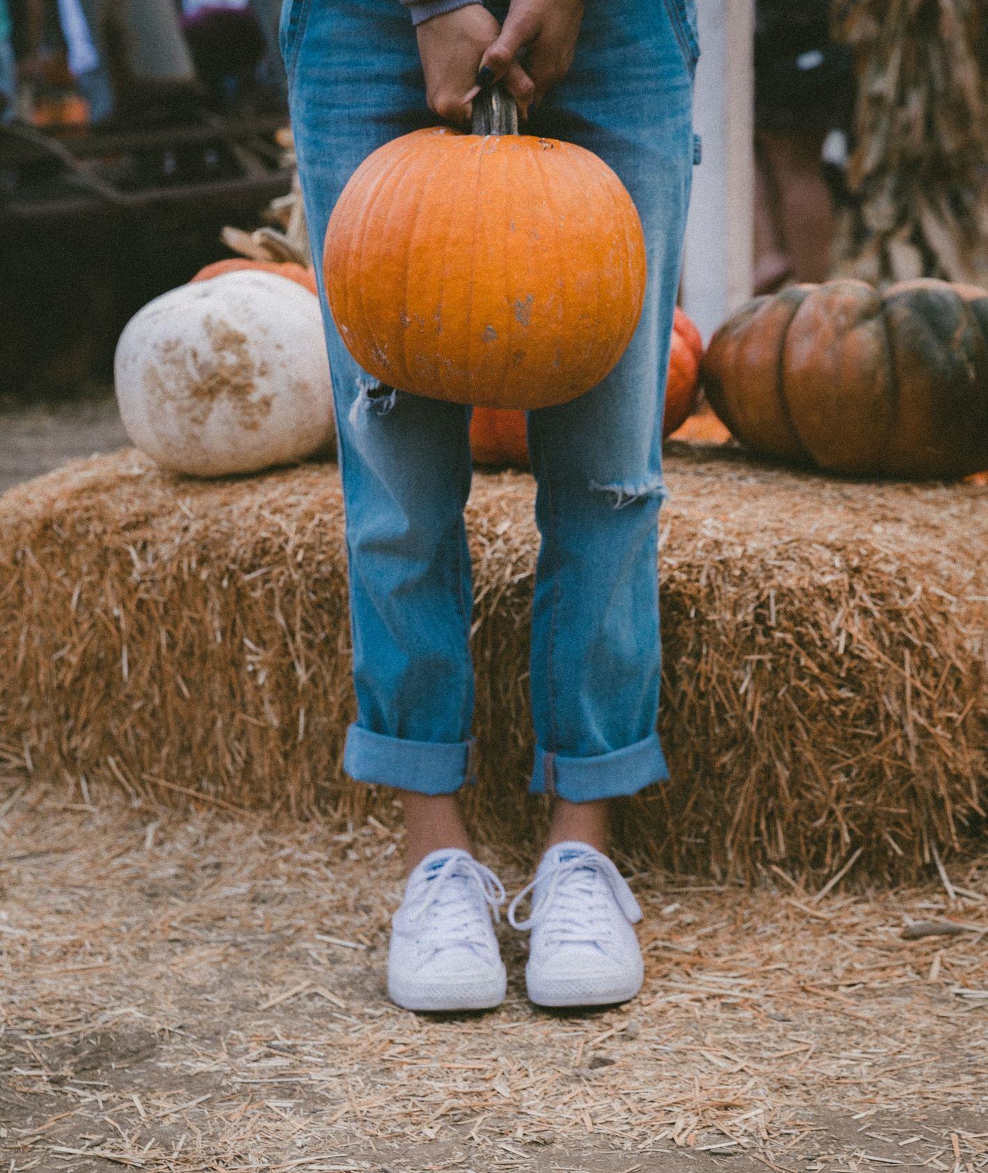 Kobieta trzymająca dynię (fot. Jakob Owens / unsplash.com)