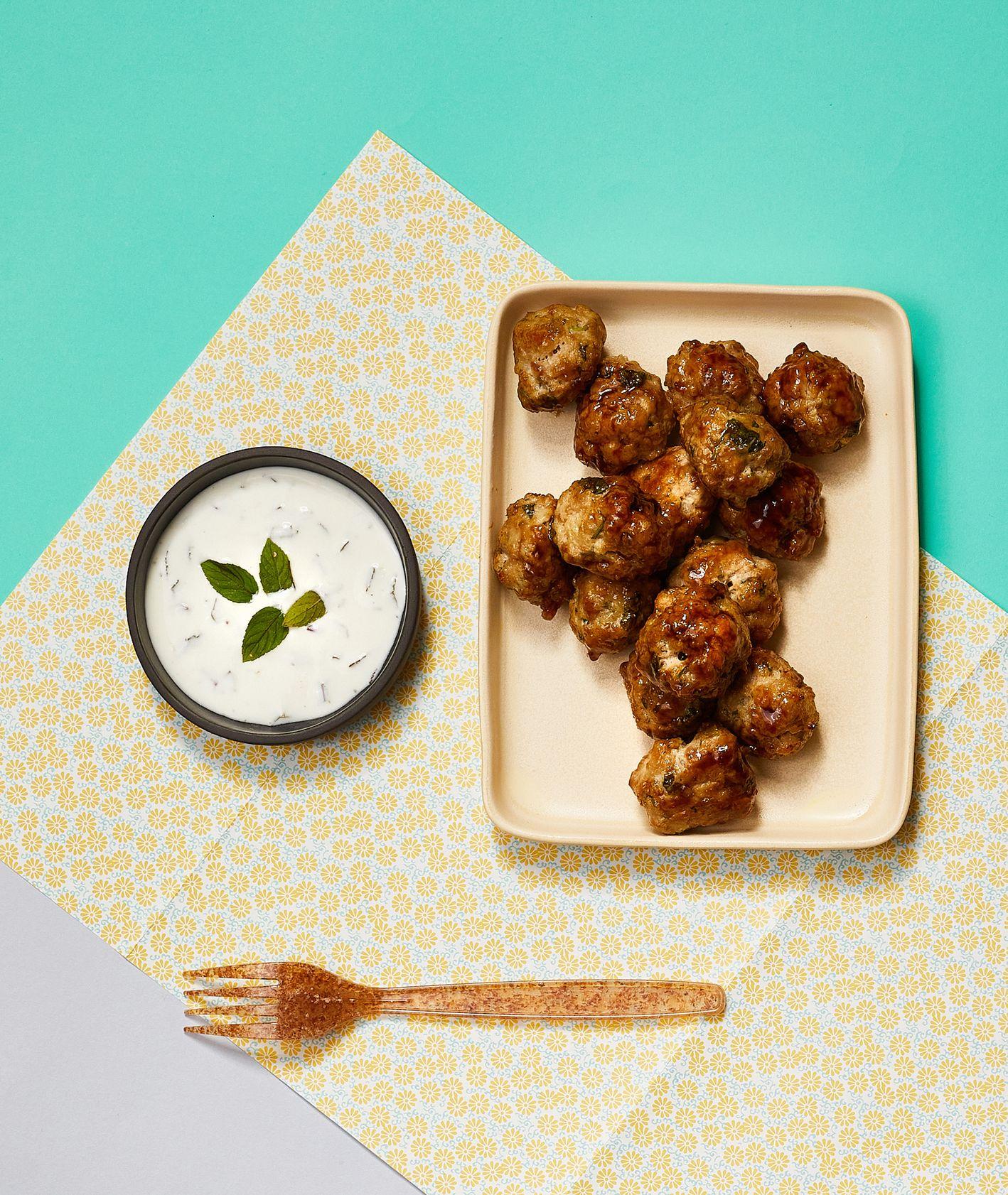 Jak zrobić klopsiki wieprzowe z dipem miętowym, pomysł na obiad dla dziecka, meatballs (fot. Maciej Niemojewski)