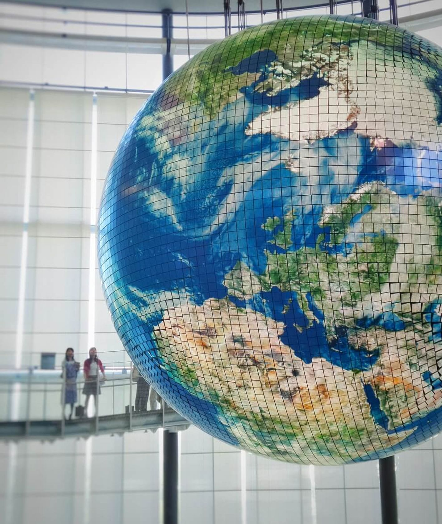 makieta globu jako symbol matki ziemi