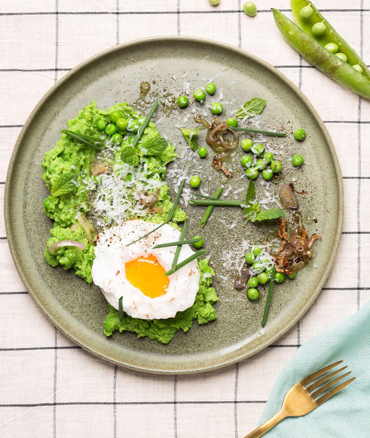 Pomysł na śniadanie z groszkiem, chmurka jajeczna z kremem z groszku, przepis na krem z groszku (fot. dinner.show studio)