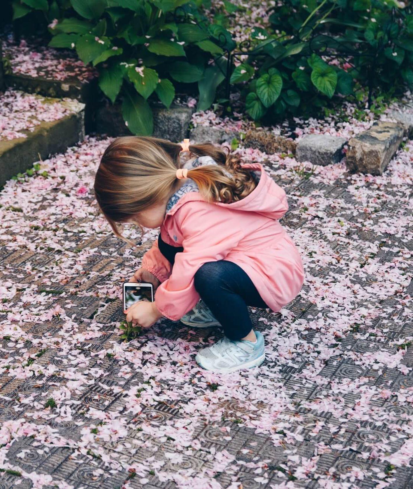 Dziewczynka bawiąca się smartfonem