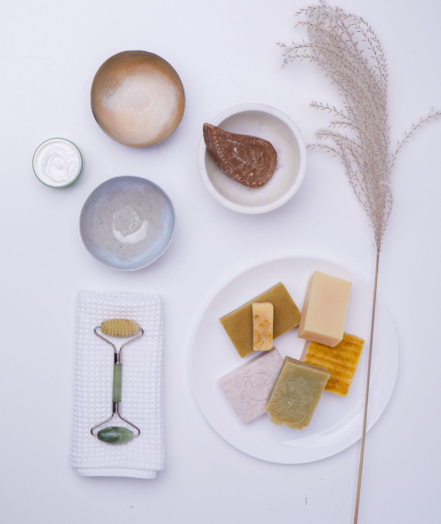 Roller do twarzy, mydła naturalne i ceramiczne miseczki (fot. Maciek Niemojewski)