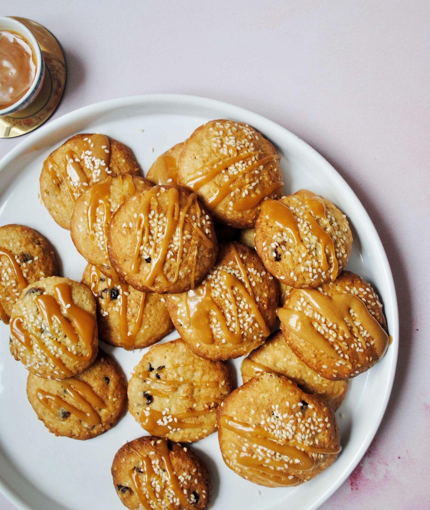 bananowo-sezamowe ciasteczka z karmelem, maślane ciasteczka, ciasteczka bananowe, ciasteczka z karmelem, domowy karmel, słony karmel, ciasteczka z tahini, przepis Marta Mankiewicz