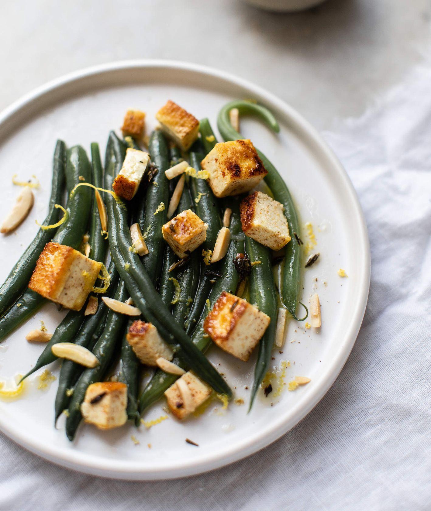Przepis na szybką sałatkę z tofu w sam raz na lunch do pracy (fot. Ula Demczuk)