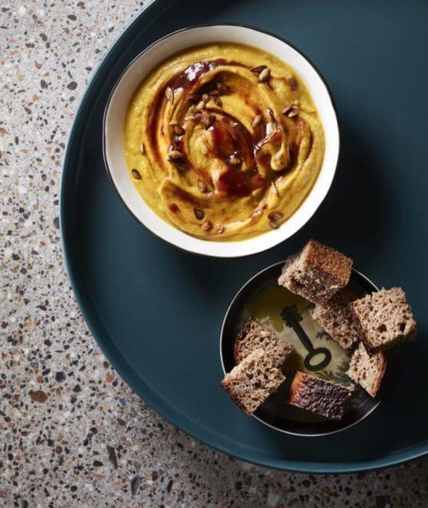 zupa dyniowa zagęszczana czerstwym chlebem, zupa dyniowa, krem z dyni, zero waste, jak nie marnować jedzenia, co z resztek chleba, rozgrzewająca zupa krem, zupa krem, danie z resztek