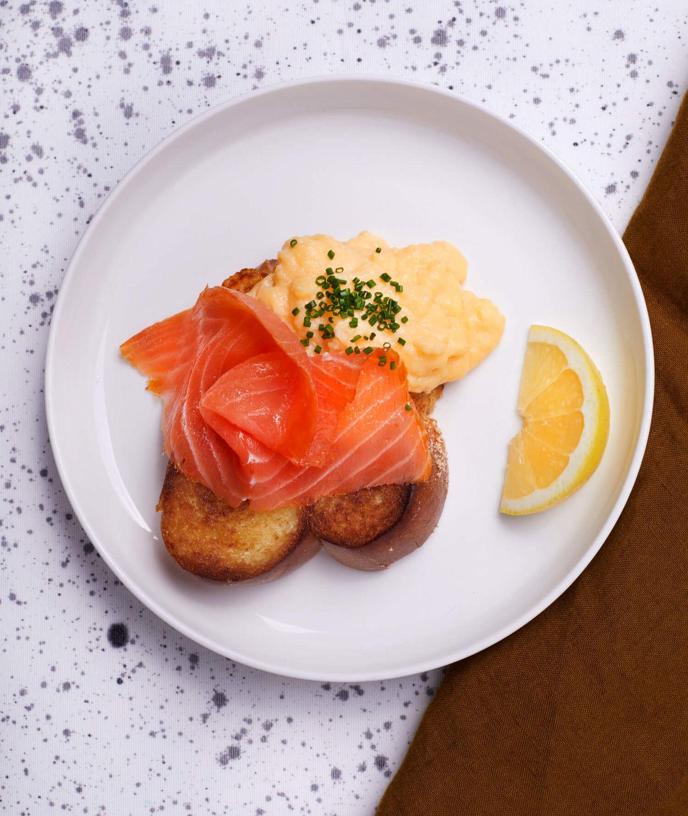 Jajecznica z cytryną i wędzonym łososiem na chałce