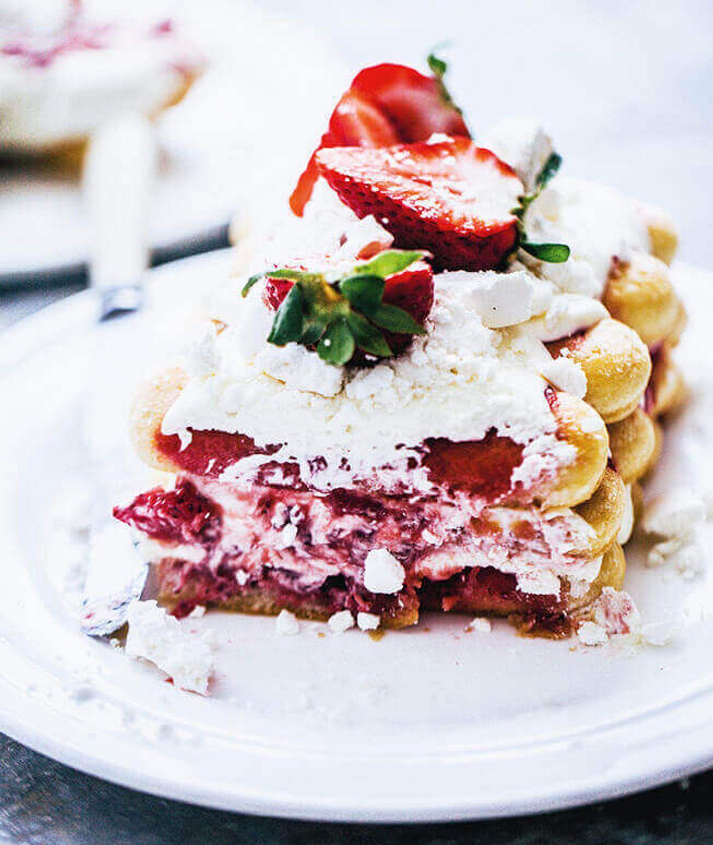 tiramisu z truskawkami, ciasto z bezą, ciasto z owocami, ciasto biszkoptowe, truskawki, beziki, ciasto bez pieczenia